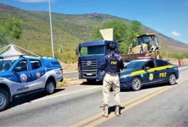 Homem é feito refém e preso em porta-malas de carro em roubo de retroescavadeira | Divulgação | PRF-BA