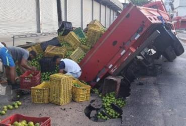 Feira de Santana: Caminhão de frutas tomba após ficar preso em cratera