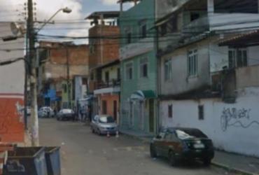 Homem morre e dois ficam feridos após troca de tiros no Engenho Velho da Federação   Reprodução   Google Street View