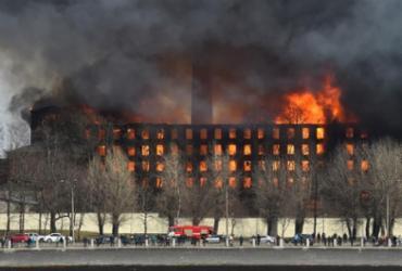Incêndio atinge prédio histórico de São Petersburgo, na Rússia; bombeiro morreu durante ação | AFP
