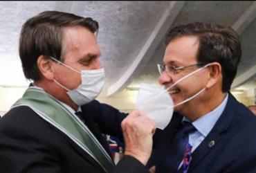 Bolsonaro tira máscara do ministro do Turismo durante cerimônia | Reprodução