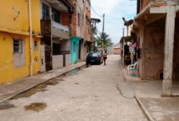 Jovem é morto em casa no bairro de Massaranduba; mãe consegue fugir | Raul Aguiar | Ag. A TARDE