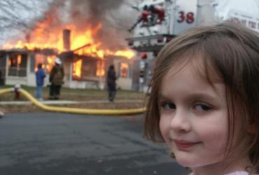 Meme de garota em frente a um incêndio é vendido por US$ 473 mil | Reprodução | Instagram