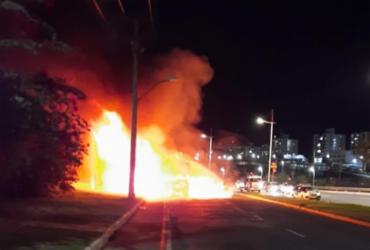 Ônibus fica destruído após pegar fogo na avenida Paralela | Cidadão Repórter | via Whatsapp