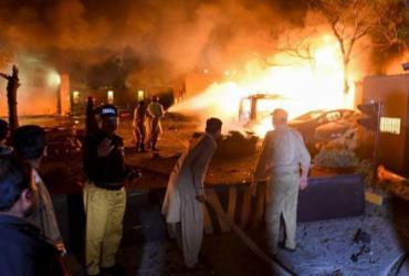 Carro-bomba explode em hotel de luxo no Paquistão; 4 pessoas morreram   Banaras Khan   AFP