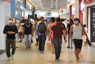 Shopping centers ficam lotados com tempo chuvoso | Felipe Iruatã | Ag. A TARDE