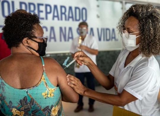 Vacinação segue em Salvador nesta terça; horário para aplicação da 2ª dose é estendido | Uendel Galter | Ag. A TARDE | 19.4.2021
