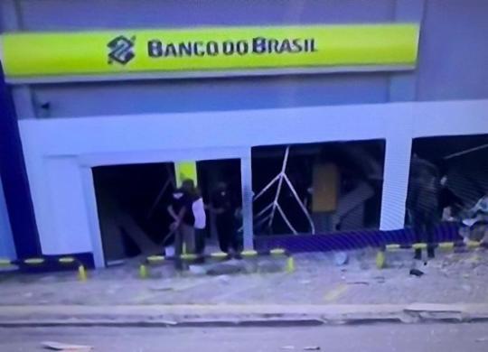 Bandidos explodem agência bancária em Porto Seco Pirajá | Reprodução | TV Bahia