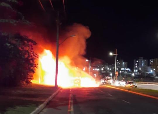 Ônibus fica destruído após pegar fogo na avenida Paralela; veja vídeo | Cidadão Repórter | via Whatsapp