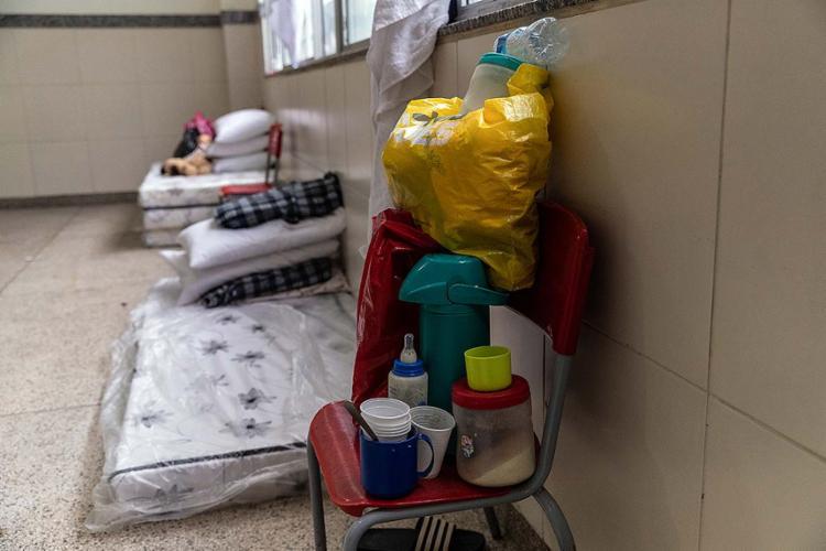 Sala é usada para guardar itens como colchões, cobertores e pertences das pessoas