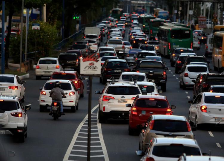 Na Av. Tancredo Neves, o tráfego segue intenso, mas sem retenções | Foto: Ag, A TARDE - Foto: Ag, A TARDE