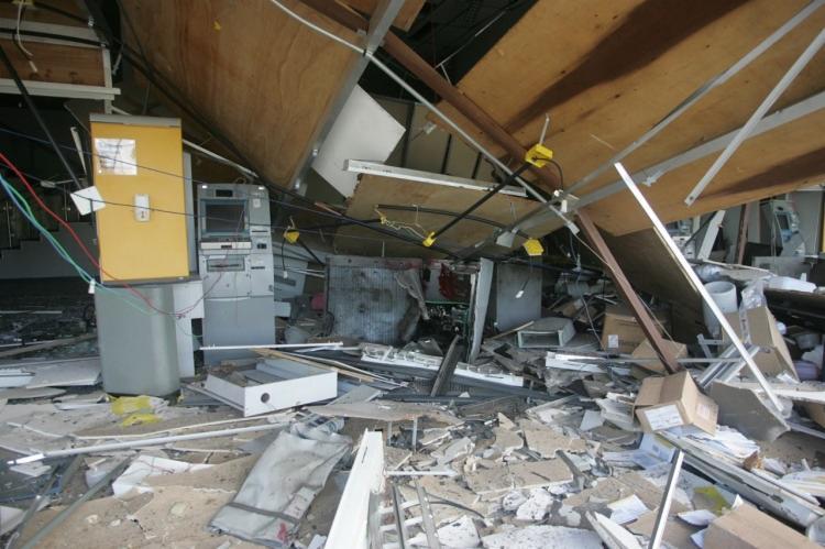 Após a ação criminosa, a unidade bancária ficou completamente destruída | Foto: Olga Leiria | Ag. A TARDE - Foto: Olga Leiria | Ag. A TARDE