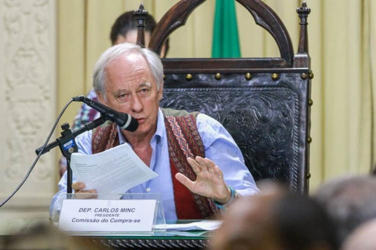 De acordo com Carlos Minc, o governo federal abre mão de mais de mais de R$ 1 bilhão em recursos externos por não agir para conter o desmatamento. Foto: Agência Brasil - Foto: Foto: Agência Brasil