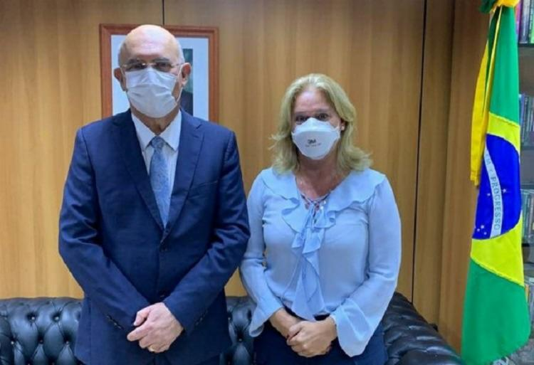 Cláudia Mansani ao lado do ministro da Educação, Milton Ribeiro / Foto: Reprodução | Twitter - Foto: Reprodução | Twitter