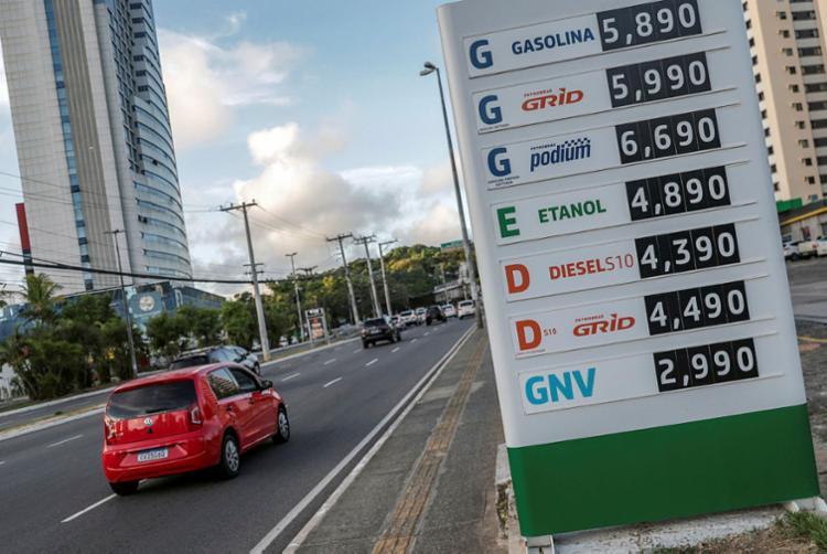 O efeito da lei, em tramitação no Senado, seria a redução de preços na gasolina, no álcool e no diesel | Foto: Uendel Galter | Ag. A TARDE | 16.3.2021 - Foto: Uendel Galter | Ag. A TARDE | 16.3.2021