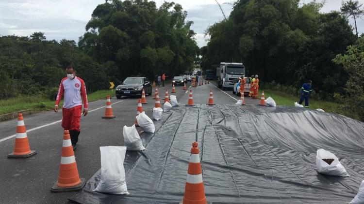 Equipes da CLN cobriram a cratera e veículos leves foram liberados para tráfego | Foto: Cleo Menezes