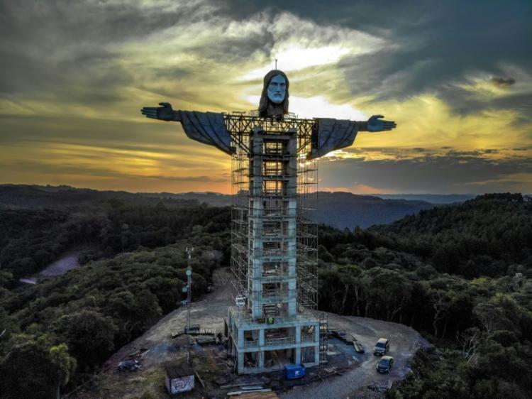 Estátua do Cristo Redentor em construção em Encantado, Rio Grande do Sul - Foto: AFP