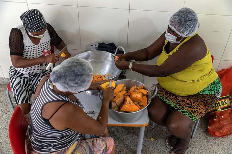 Desabrigadas preparam sopa para o jantar em um dos abrigos da prefeitura | Fotos: Uendel Galter | Ag. A TARDE - Foto: Uendel Galter | Ag. A TARDE