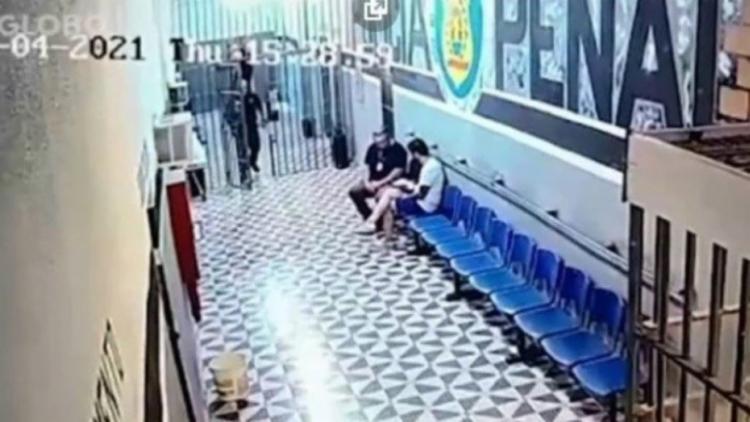 Imagens mostram Ricardo Larrubia conversando com o parlamentar em corredor da recepção da unidade prisional I Foto: Reprodução - Foto: Reprodução