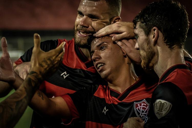 Após retornar de delicada lesão, o meia Eduardo (centro) marcou o gol aos 45 do segundo tempo | Foto: Pietro Carpi | EC Vitória - Foto: Pietro Carpi | EC Vitória