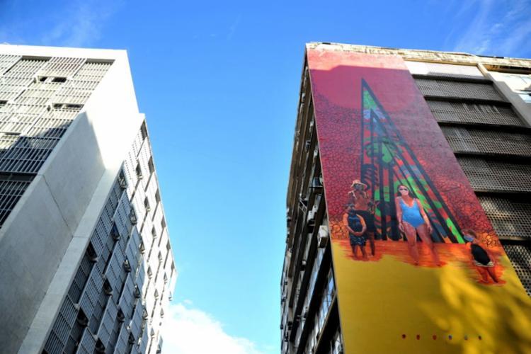 Pintura de Anderson Santos na fachada do Edifício Guarabira, Av. Estados Unidos, no comércio - Foto: Felipe Iruatã / Ag A Tarde