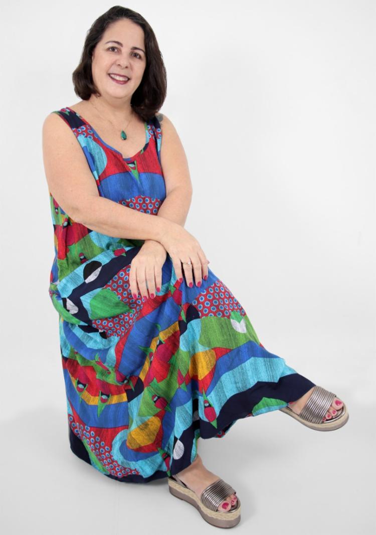 A professora Celina Bezerra se dedica a escrever livros para inclusão e lança, neste mês, história com personagem autista. - Foto: Divulgação