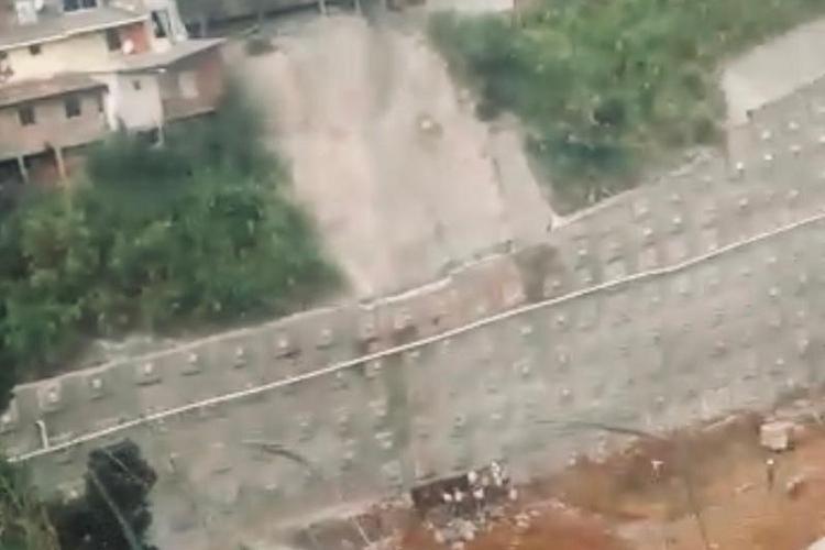 De acordo com denúncias de moradores, pelo menos 16 casas foram afetadas pela obra de contenção do Atakarejo | Foto: Divulgação| Cidadão Repórter - Foto: Divulgação| Cidadão Repórter