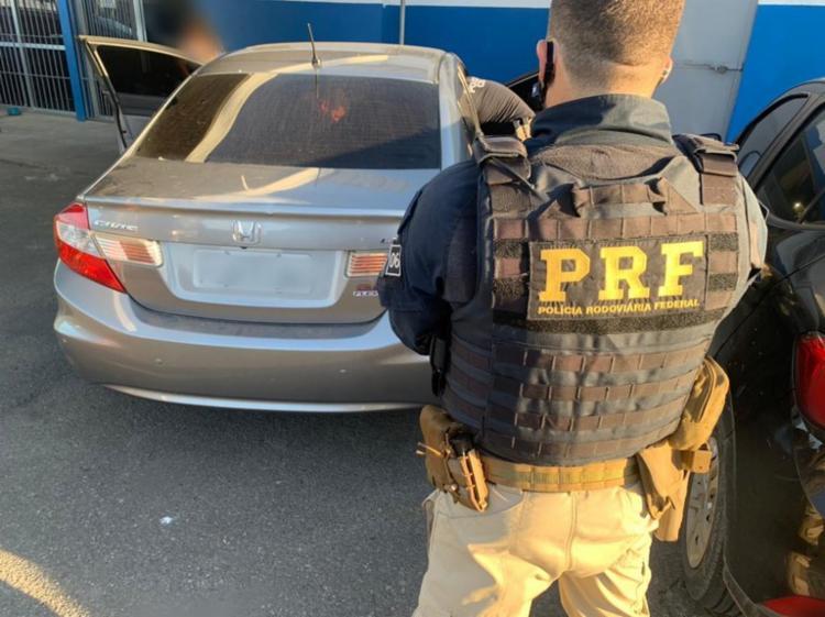 Policiais verificaram que o veículo possuía ocorrência de roubo desde 2016   Foto: Divulgação   PRF - Foto: Divulgação   PRF