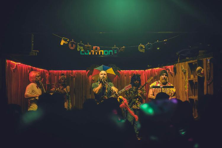 Sem uso da sanfona, a banda faz um forró com zabumba, triângulo, baixo, cavaquinho, guitarra e flauta | Fotos: Heder Novaes | Divulgação - Foto: Heder Novaes | Divulgação