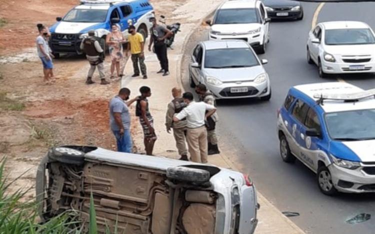 Após perseguição policial, o veículo utilizado no crime acabou tombando | Foto: Reprodução | Redes Sociais - Foto: Reprodução | Redes Sociais
