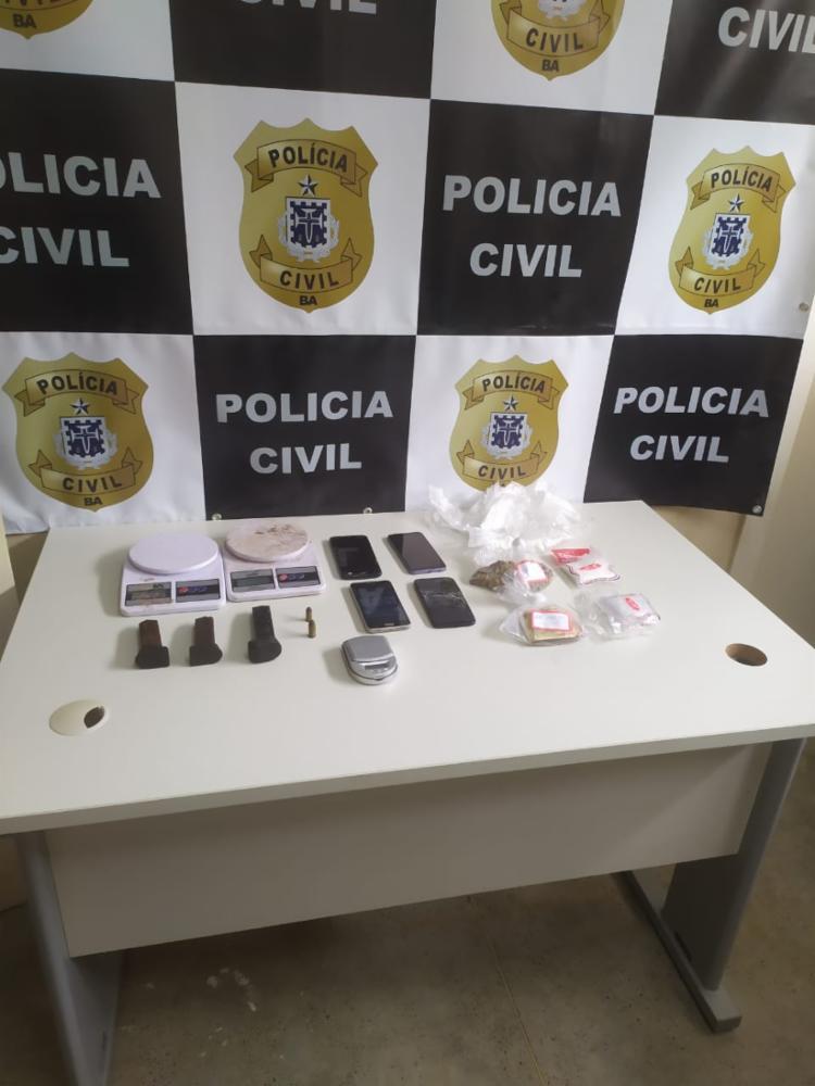 Objetivo da ação era cumprir apenas um mandado, mas o flagrante dos dois crimes motivou a prisão - Foto: Divulgação   Polícia Civil