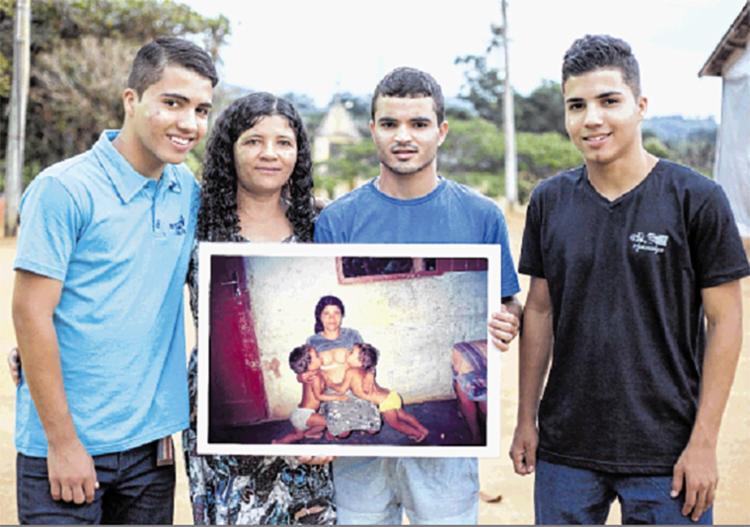 Da esquerda para direita: Mateus Rocha, Nilda Rocha (mãe), Lucas Rocha (de blusa azul, o fotógrafo) e Marcos Rocha, em 2017 | Foto: Rodrigo Rossoni | Divulgação - Foto: Rodrigo Rossoni | Divulgação