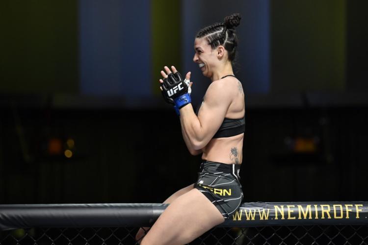 No 'combate de mamães', a brasileira Mackenzie Dern conseguiu sua quarta vitória seguida pela organização   Foto: Divulgação   UFC Brasil - Foto: Divulgação   UFC Brasil