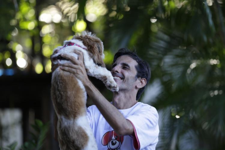 Luís Fernando Pereira é sócio do Clube do Focinho, uma creche para cães, em Piatã, Salvador (BA). Foto: Adilton Venegeroles / Ag. A Tarde - Foto: Foto: Adilton Venegeroles / Ag. A Tarde