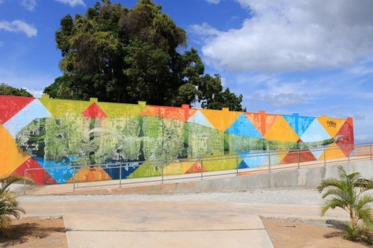 Mural, pintado pelo artista reconhecido internacionalmente, mostra uma iguana gigante em um fundo colorido - Foto: Reprodução