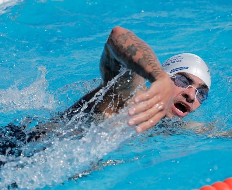 Após perder uma perna e parte do pulmão por um câncer na infância, Fábio Rigueira encontrou na natação o impulso para o início de sua trajetória nos esportes | Foto: Arquivo Pessoal - Foto: Arquivo Pessoal