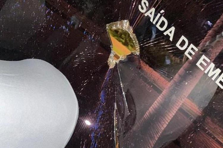 Um grupo de 20 pessoas jogou pedras contra o ônibus da Ponte Preta, após derrota para o Inter de Limeira, na saída do Estádio Moisés Lucarelli   Foto: Reprodução   Redes Sociais - Foto: Reprodução   Redes Sociais