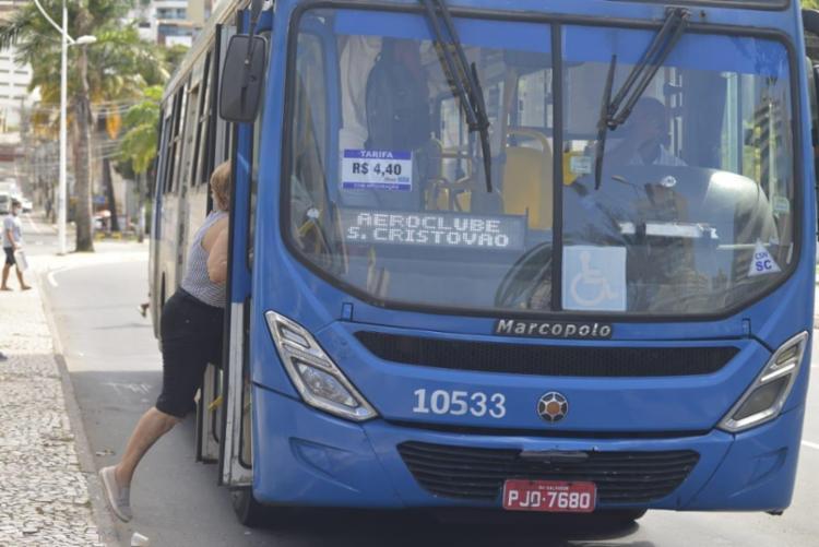 Os ônibus que atendem os principais corredores da cidade farão sua última viagem a partir das 22h30 em direção aos bairros. Foto: Shirley Stolze | Ag: A TARDE - Foto: Shirley Stolze | Ag: A TARDE