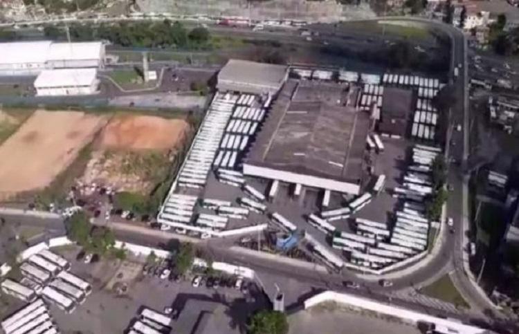 Ônibus deixam garagens na manhã desta segunda-feira em Salvador | Helicóptero | A TARDE FM - Foto: Helicóptero | A TARDE FM