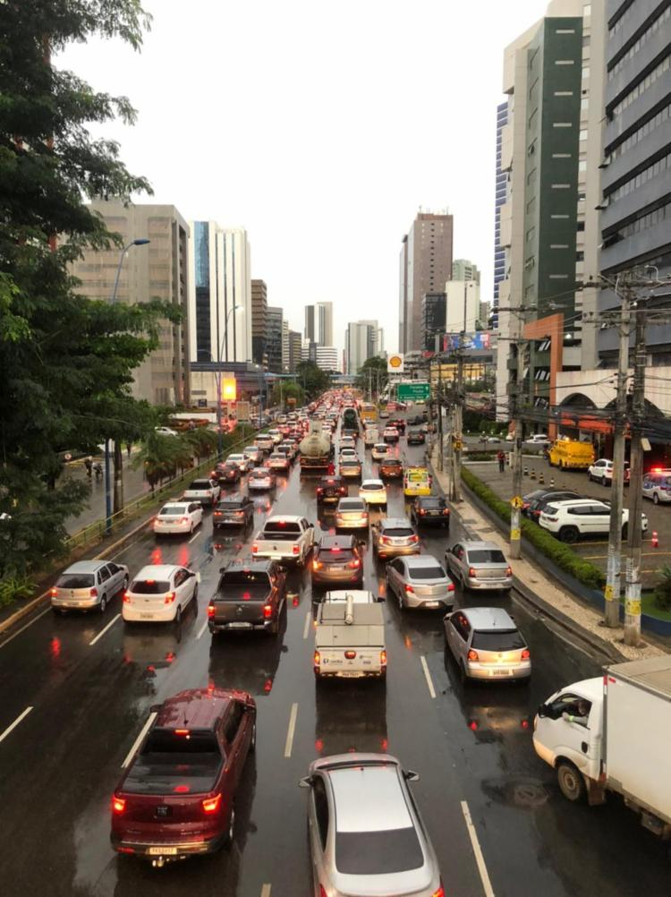 O motorista que transita Av. Tancredo Neves também enfrenta lentidão | Foto: Nelson Luis | Ag. A TARDE - Foto: Nelson Luis | Ag. A TARDE