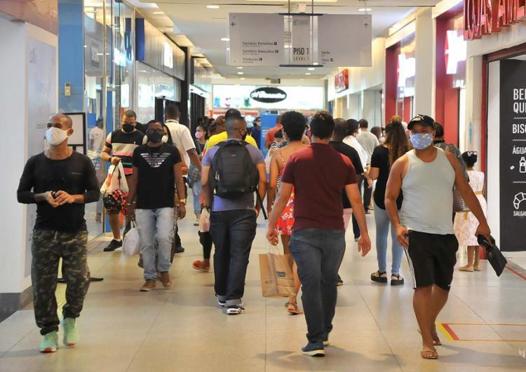 Clima chuvoso contribuiu para grande fluxo de pessoas nos centros de compras | Foto: Felipe Iruatã | Ag. A TARDE - Foto: Felipe Iruatã | Ag. A TARDE