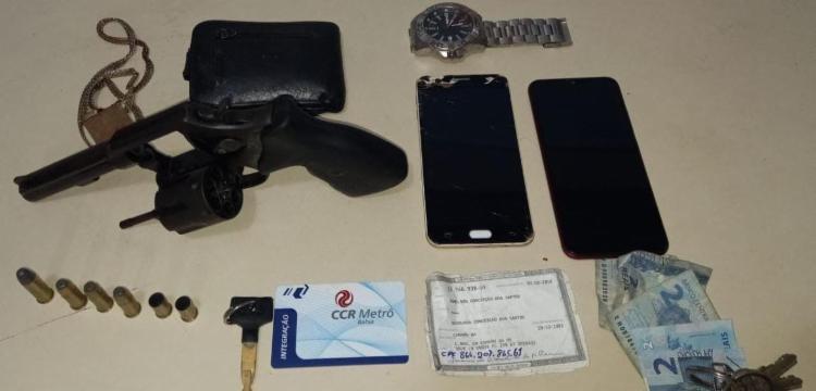 Arma e celulares foram encontrados com o suspeito | Foto: Divulgação | SSP - Foto: Divulgação | SSP