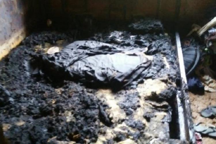 Cama e colchão onde a vítima dormia ficaram totalmente destruídos   Foto: Reprodução   Arquivo pessoal - Foto: Reprodução   Arquivo pessoal