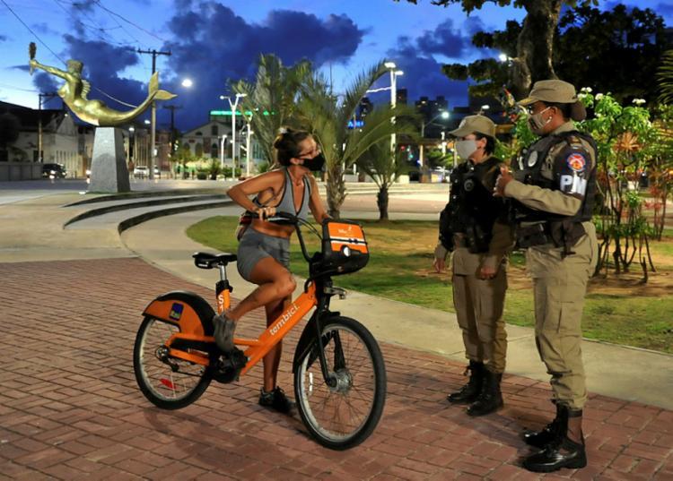 Polícia Militar faz fiscalização do cumprimento do toque de recolher na Bahia | Foto: Felipe Iruatã | Ag. A TARDE - Foto: Felipe Iruatã | Ag. A TARDE