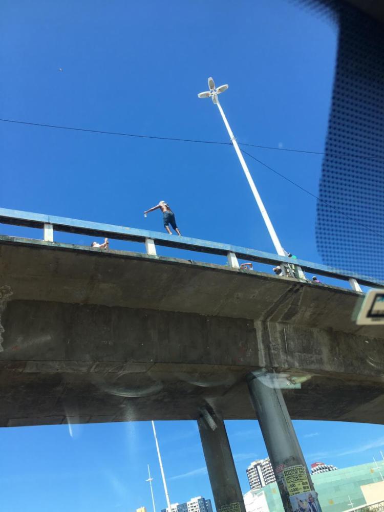 Homem protestava em cima do corrimão no viaduto Raul Seixas I Foto: Reprodução