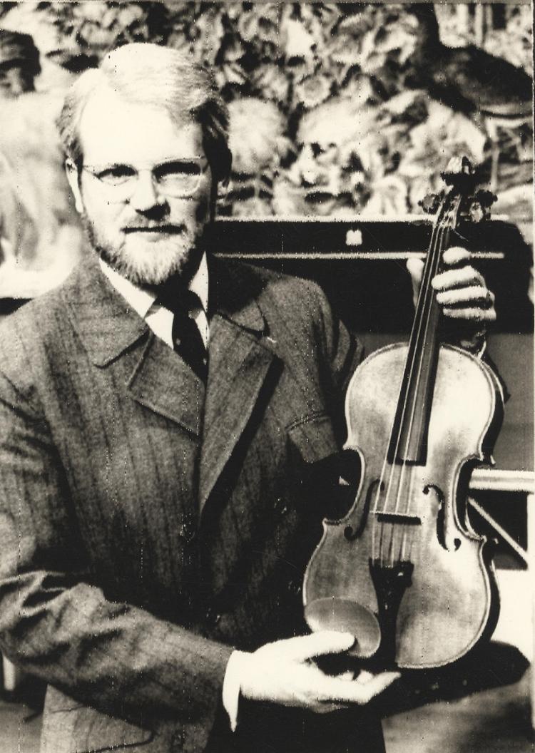 Homem exibe um violino Stradivarius de 1721 considerado original; foram feitos cerca de 1.200 | Foto: UPI | Cedoc A TARDE - Foto: UPI | Cedoc A TARDE