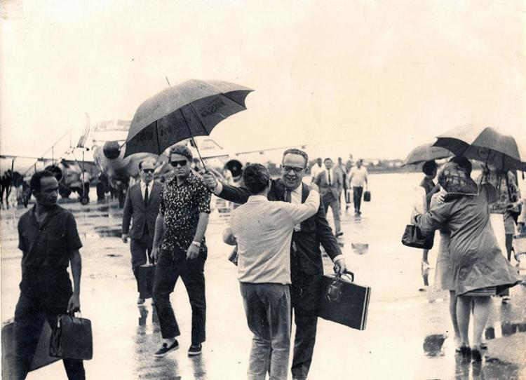 Em um dia chuvoso, Walter da Silveira chega com a delegação baiana ao Festival de Brasília, em 1965 | Fotos: Acervo Walter da Silveira - Foto: Fotos: Acervo Walter da Silveira