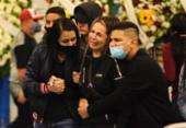 Familiares e fãs de MC Kevin se despedem do cantor em velório | Foto: Reprodução | Brazil News