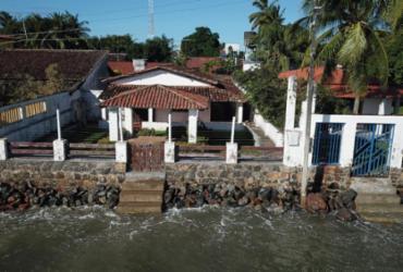 O mar destrói passeios, escadas e até casas em Cacha Pregos - Adilton Venegeroles / Ag. A TARDE / 12.05.2021