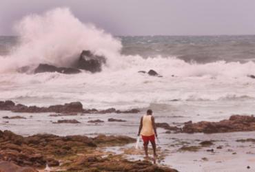 Frente fria deixa o mar agitado e traz ventos fortes ao litoral de Salvador |
